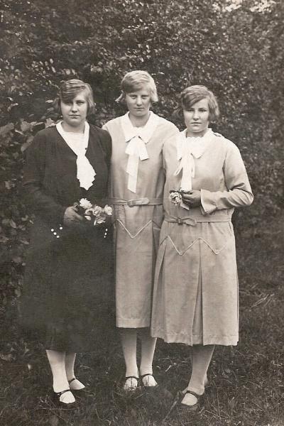 Vlnr Helena (Leis), Geziena (Sien) en Trui Oortman (Heinink Jaan) Lattrop.
