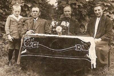 Vlnr Jan en zijn vader Bets Haamberg, zijn moeder Trui Mensink en tante Sina Mensink