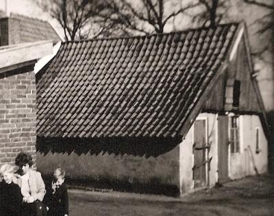 Het oude Keulenhuisje aan de Bergvennenweg in het Lattropsche Veld (foto 1963). In 1952 is er door Hendrik Maseland een nieuw huis achter gebouwd. In 1964 is het oude huisje afgebroken en vervangen door een nieuwe aanbouw met veestal. Het plaatsje 'de Keule' is eind 1998 afgebroken.