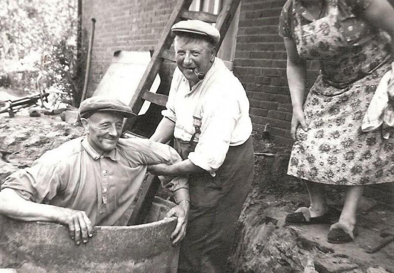 Bij Busscher Tilligte put uitgraven in droge zomer augustus 1959 Met Herman,Sina en Schoe-Herman (Borggreve)