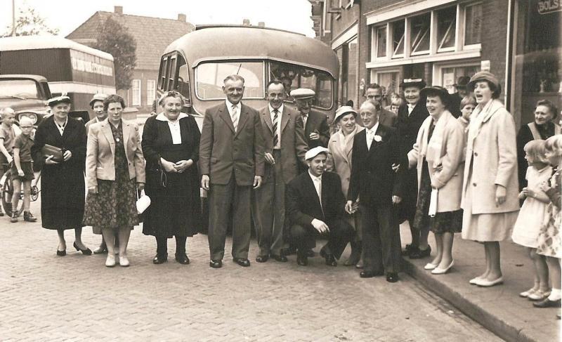Noabers naar bruiloft Bernard Muntel en Marietje Rolink Lattrop 1953