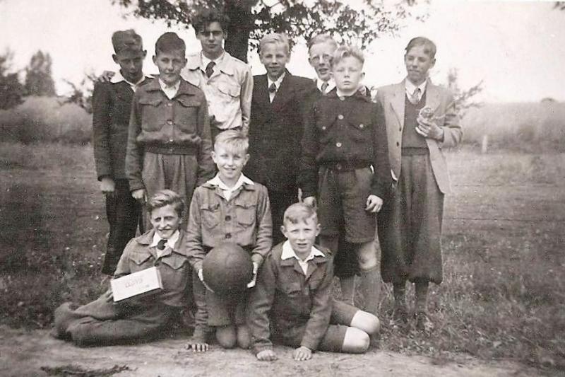 Buurtvoetbal in Lattrop ca. 1947