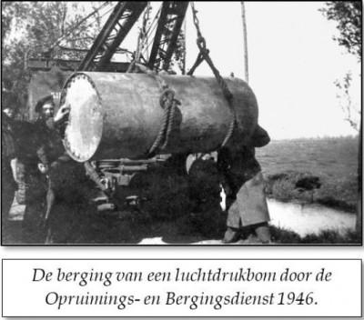 De berging van een luchtdrukbom door de Opruimings- en Bergingsdienst in de omgeving van Hei en Boecop, 1946.