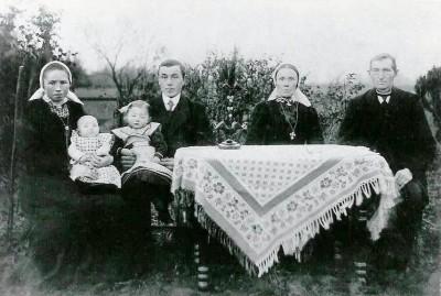 Echtpaar Aleida Maria Peters met Gerardus Scholten en Geertruida Morsink met Johannes Rekers (Egberts Jannes) Lattrop 1920