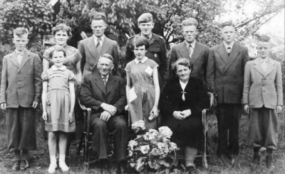 Familie Ruël-Steunebrink op Knippers in Buurtschap Denekamp (25 jarig huwelijk 1955)