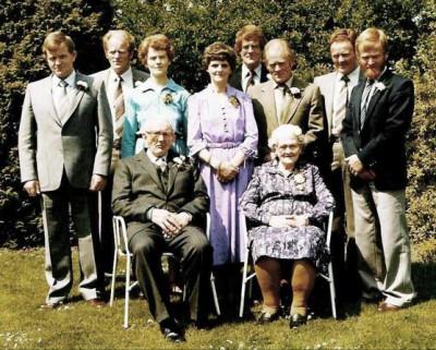 Familie Ruël-Steunebrink op Knippers in Buurtschap Denekamp (50 jarig huwelijk 1980)