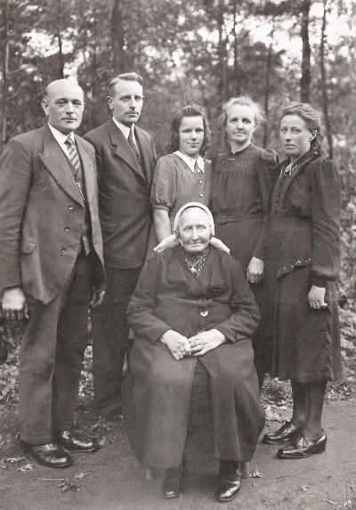 Familie Velers en Jansen vlnr Hendrik Velers nn Marietje Velers nn Hanna Borggreve voor oma Borggreve-Nijhuis