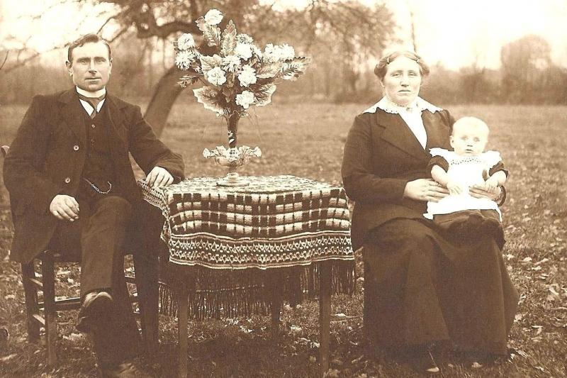 Familie Egbert Scholten-Rika Dijkhuis (olde Bonke) en zoon Lambertus geb 1919 Lattrop Foto 1920 (2)