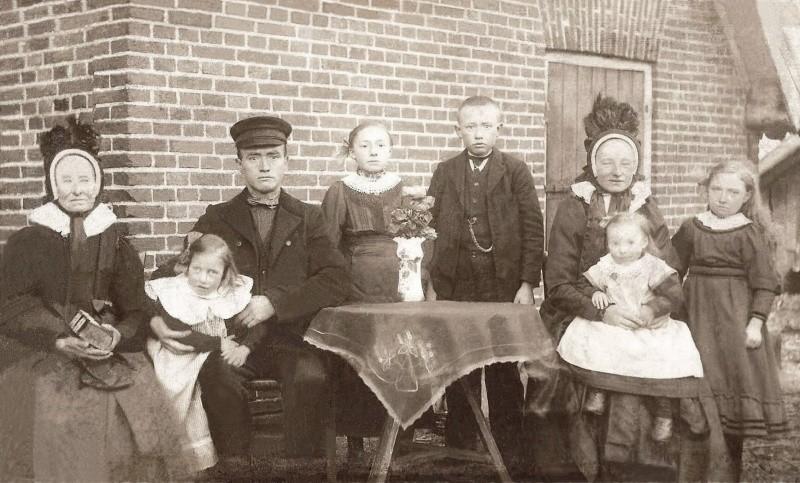 Familie Harm Bosink-Leida Karnemaat (de Weerd) Breklenkamp (Foto J SwaabAmsterdam) Foto 1919