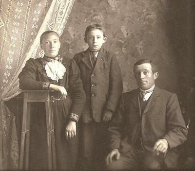 Familie Lohuis-Blokhuis en Johan Koehorst op Heinik in Lattrop