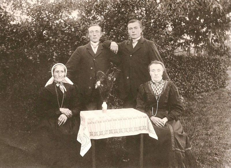 Familie Ribberink-Busscher (Eulenhuijs) Tilligte (Foto ca. 1922)