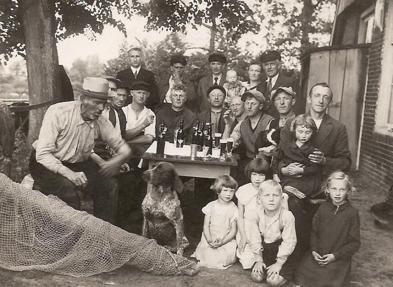 Vanaf links: Gerard Bodde(Sr) en Antoon (Stokn-Toon) bij 'de Koenjer' in Lage