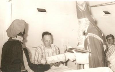 Gerard Haamberg (Zegelvoort) in het ziekenhuis (Sinterklaas) 05-12-1967