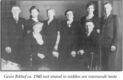 Gezin Rikhof ca. 1940 met staand in midden een inwonende tante