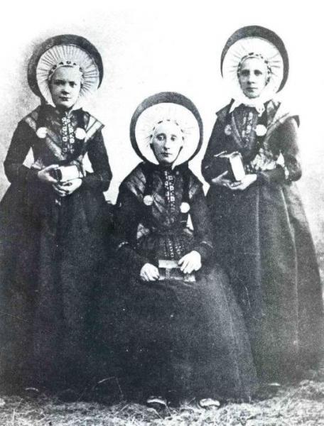 Foto uit omstreeks 1880 van de gezusters Boers uit Breklenkamp in pronkdracht. Links Geeze (geb 1859), getrouwd met Berend Hofstee uit Lage (D); midden Johanna Boers (1853-1900), getrouwd met Jan Maatman uit Breklenkamp en rechts Stiene (1844-1911), getrouwd met Berend Brüna uit Esche (D). Stiene draagt het ouderwetse type dubbele muts, waarbij de kinstroken van de bovenste muts over elkaar vallen. Haar jongere zusters daarentegen dragen luifelmutsen waarvan de voorstrook onder de kin wijkt.