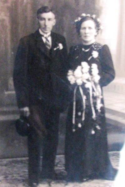Gradus Johannes Hassink en Maria Geertruida (Marie) Tijhuis op klinge in Noord Deurningen