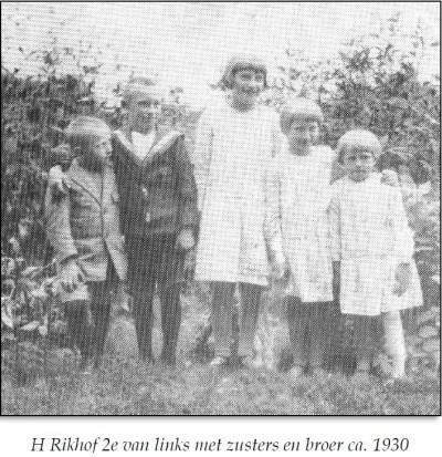 H Rikhof 2e van links met zusters en broer ca. 1930