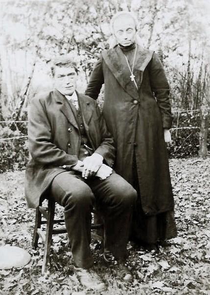 Hendrikus Tijhuis (Langn Rieks of Brokken Rieks) en Johanna Maria Wolkotte (Rieks zien Mei) op Wolkotten-snieder in Lattrop