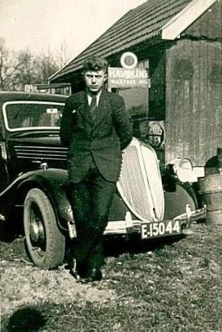 Henk ter Brake als taxichauffeur en de Mercedes-Benz bij Siebels in Denekamp (Foto plm 1935)