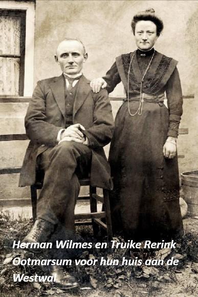Herman Wilmes en Truike Rerink Ootmarsum voor hun huis aan de Westwal