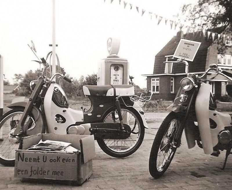 Honda bromfietsen bij Veldhuis Lattrop 1966