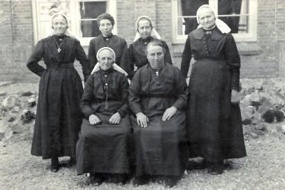 Huwelijksfoto Bernardus Hendrikus Beijerink en Gezina Geertruida van Benthem Ootmarsum 12-07-1935 met Johanna Maria Beijerink-Keizer