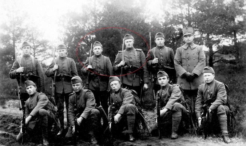 In Militaire dienst 1930 Rood omcirkeld:Gerard Blokhuis L (Veldsnieder) enHendrik Horsthuis R (Hösboer)