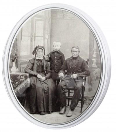 Jan Molendijk  en Aleida Bakker en zoon Harm Hendrik (op Brookman) Breklenkamp (Foto ca. 1888)