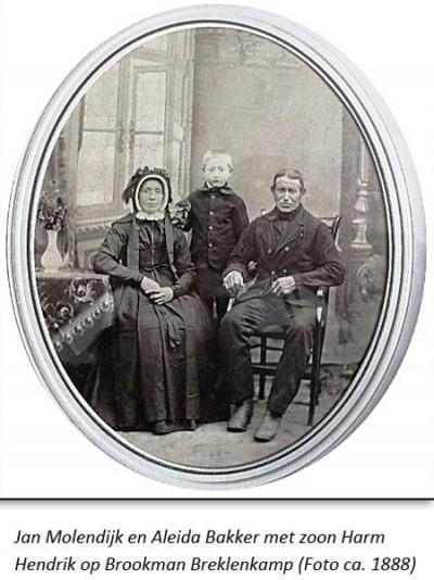 Jan Molendijk en Aleida Bakker met zoon Harm Hendrik op Brookman Breklenkamp (foto ca. 1888)