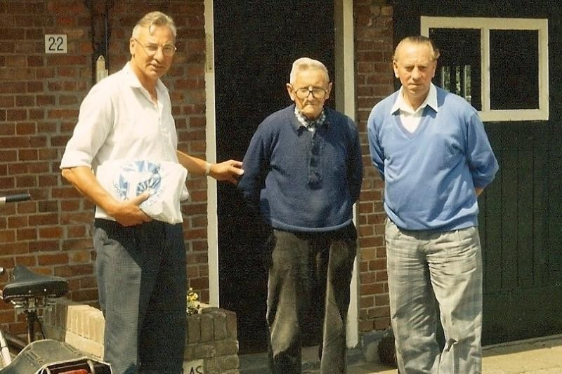 Vlnr Antoon Arens, Jan Busscher en Gerard Beld bij Busscher in Lattrop