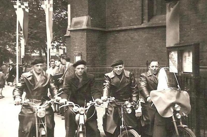 Ongeveer gelijkertijd reisden de 4 bovenstaande heren per bromfiets naar Kevelaer.