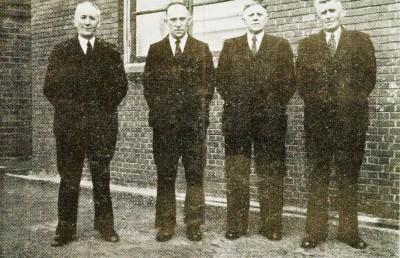 Jubileerend personeel Coöperatieve Zuivelfabriek 'Volharding' in Denekamp ter gelegenheid van het 30-jarig bestaan in 1947