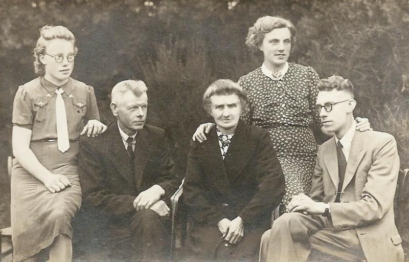 Leis Kienhuis (Ool-Mensink) Tilligte, Herman Wigger, Trui Horsthuis, Rien NN en Gerard Elshof Enschede (onderduiker)