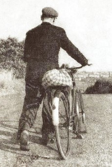 Man met fiets en pungel op de drager