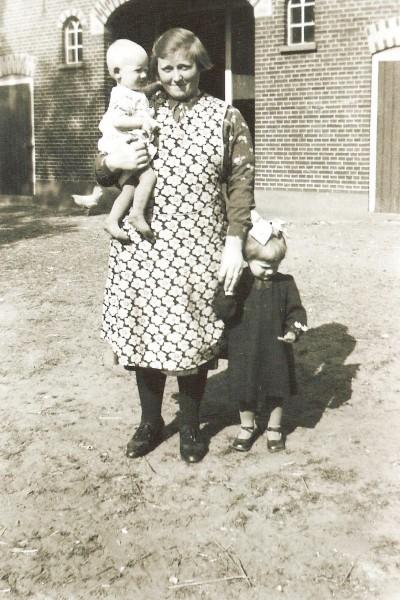 Marie Niehof-Horsthuis met kinderen Annie (aan de hand) en Marietje  Dolf Breklenkamp 1941 (Foto Antoon Pikkemaat Breklenkamp)