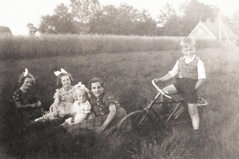 Truus Veldhuis, Annie Tijscholte, Riet Veldhuis, Marietje Groeneveld (Winkel-stok), Bennie Veldhuis (op de fiets).