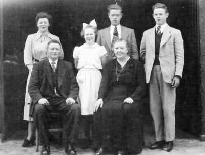 Olde Meule-Venhuis voor Hermen en Dika staand vlnr Santje, Rikie, Gerard en Bennie