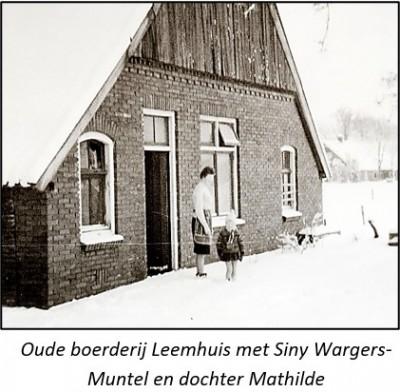 Oude boerderij Leemhuis in Noord Deurningen (verdwenen) met Siny Wargers-Muntel en dochter Mathilde