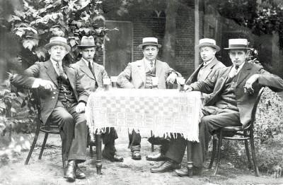Rechts Gradus Johannes Beene (1891-1946) op Bekker in Tilligte rest onbekend