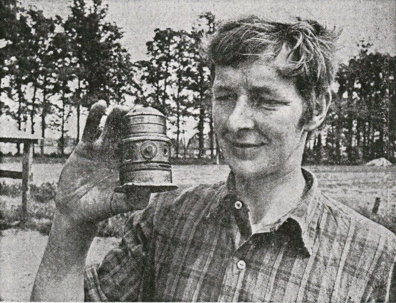 Wat is dat voor een geheimzinnig apparaat, dat de jonge boer Rerink uit Lattrop bij het ploegen op z'n land heeft gevonden?