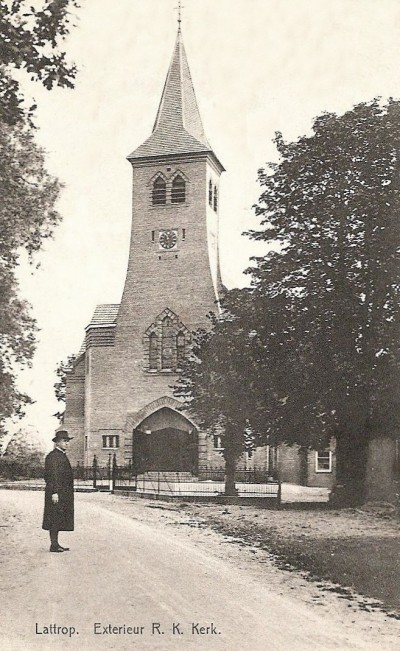 RK kerk lattrop (exterieur) met pastoor Brandts) Plm 1935