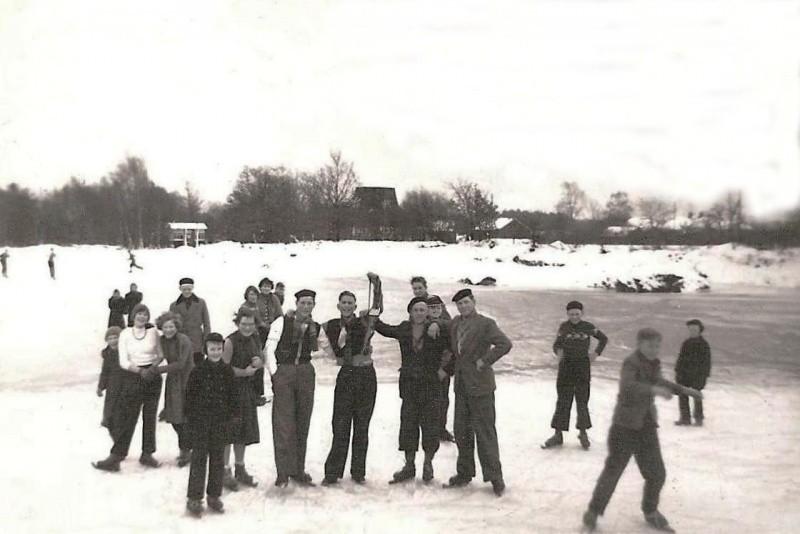 Schaatsen op het ijs in de zaandkoel achter Baks-Hendrik Tilligte 1958