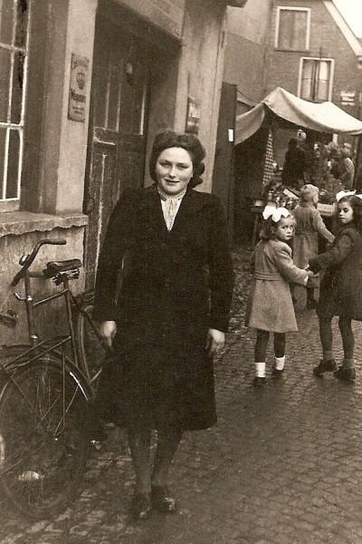 Sientje Hulsmeijers (Brook-dekker) lattropop de Kermis in Ootmarsum 1949