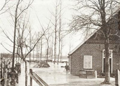 Tilligte bewoners gevlucht uit boerderij voor het wassende water januari 1928