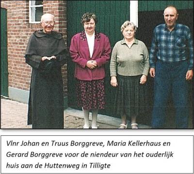 Vlnr Johan en Truus Borggreve, Maria Kellerhaus en Gerard Borggreve voor de niendeur van het ouderlijk huis aan de Huttenweg in Tilligte